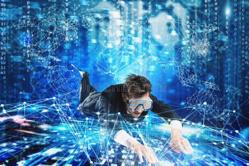 Homem de negócios que surfa o underwater do Internet com máscara Conceito da exploração do Internet fotografia de stock royalty free