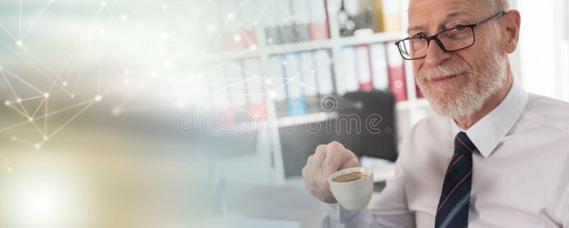 Homem de negócios que tem a ruptura de café; efeito da luz fotos de stock
