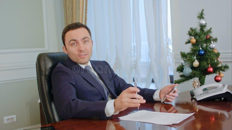 Homem de negócios que tem uma conversação séria com um sócio antes do ano novo fotografia de stock royalty free