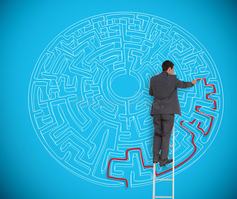 Homem de negócios que tira a linha vermelha para resolver um labirinto complexo fotografia de stock