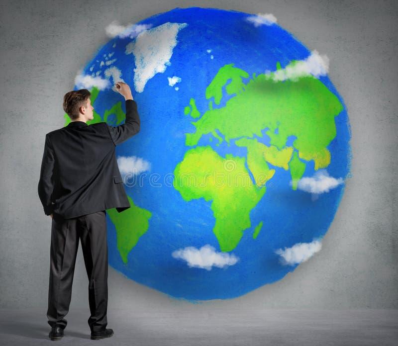 Homem de negócios que tira um planeta ilustração royalty free