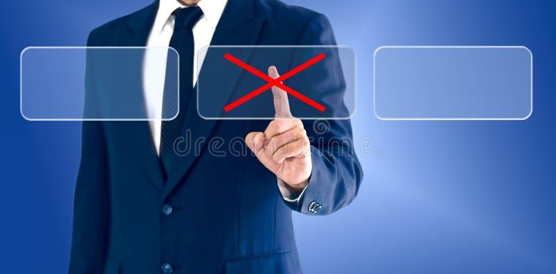 Homem de negócios que toca em marcas erradas dos botões virtuais O conceito de uma decisão empresarial pode ser direito ou errado imagens de stock