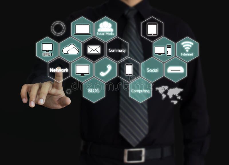 Homem de negócios que toca em um diagrama de computação da nuvem fotografia de stock royalty free