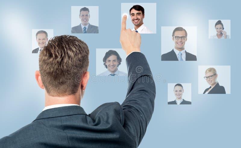 Homem de negócios que toca em uma imagem na tela virtual imagens de stock