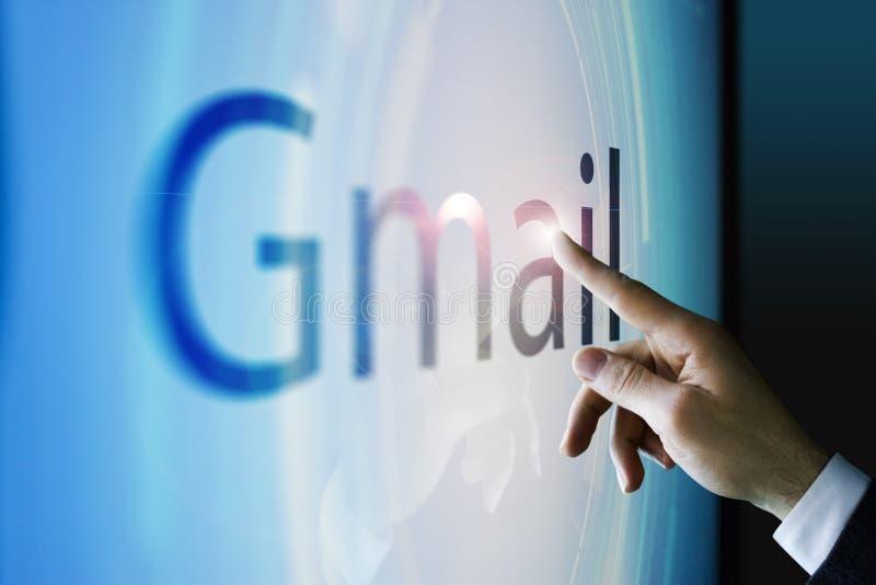 Homem de negócios que toca na tela sobre o gmail imagem de stock royalty free