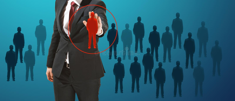 Homem de negócios que toca na tela virtual no fundo azul imagem de stock