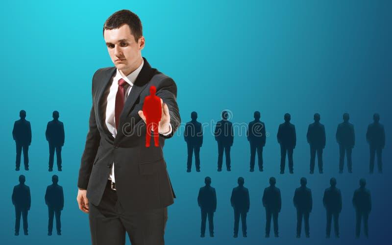 Homem de negócios que toca na tela virtual no fundo azul imagens de stock royalty free