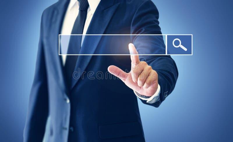 Homem de negócios que toca na tela virtual nos motores da busca imagens de stock