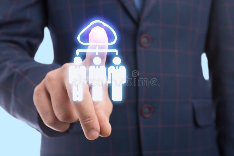 Homem de negócios que toca no ícone da nuvem na exposição transparente imagem de stock royalty free