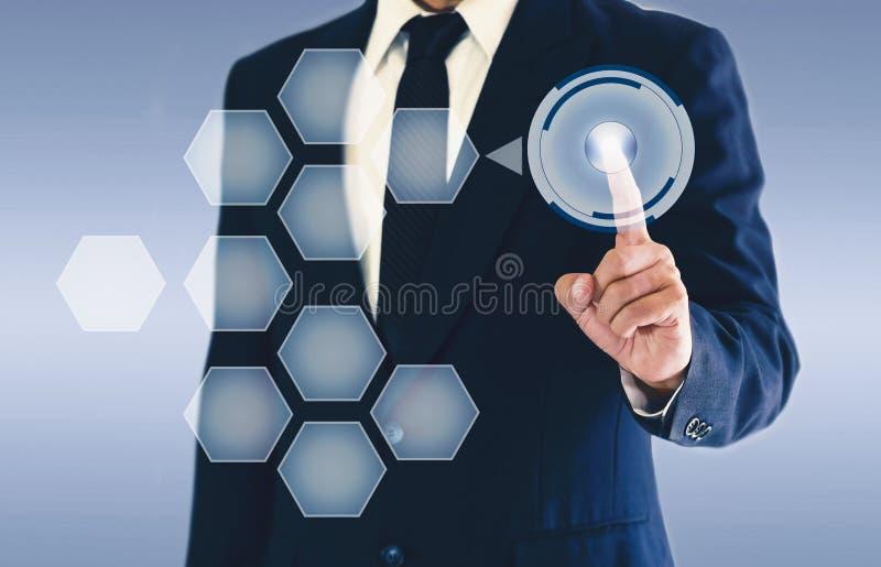 Homem de negócios que toca no botão do ciclo na tela virtual Copie o espaço para sua texto ou imagem fotografia de stock royalty free