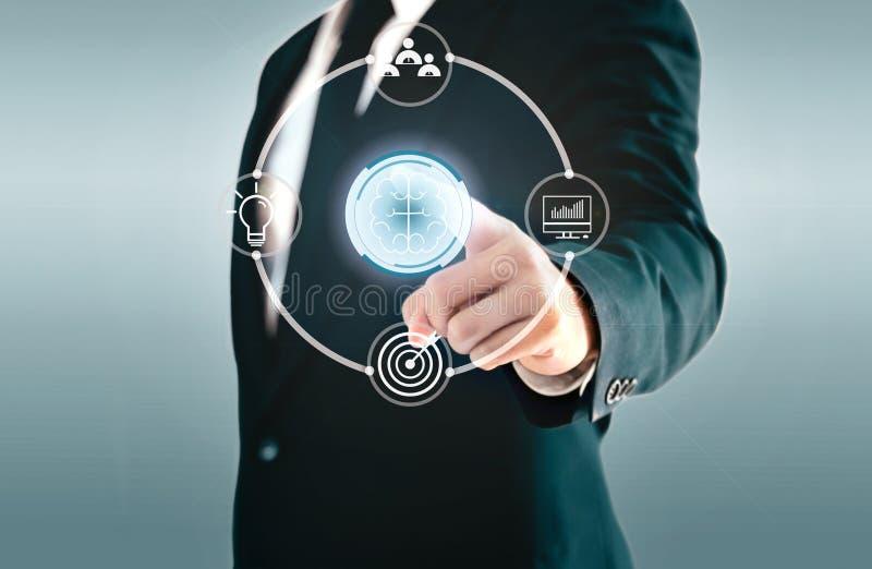 Homem de negócios que toca no botão do ciclo sobre conceituar um conceito tal como trabalhos de equipe, ideias, plano, e objetivo ilustração do vetor