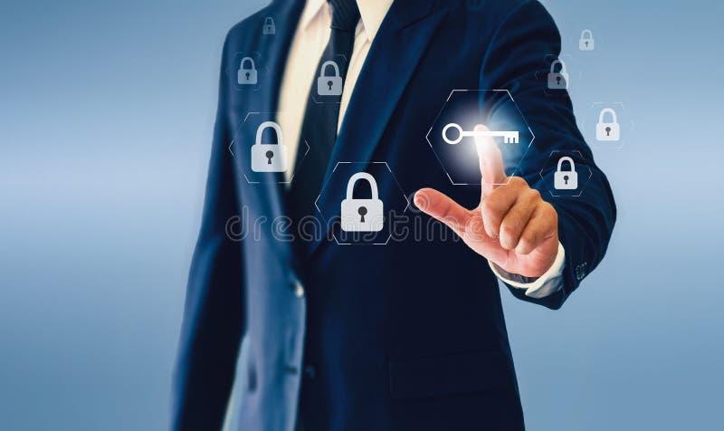 Homem de negócios que toca no botão virtual chave Conceito do negócio ou da segurança bem sucedida imagem de stock royalty free