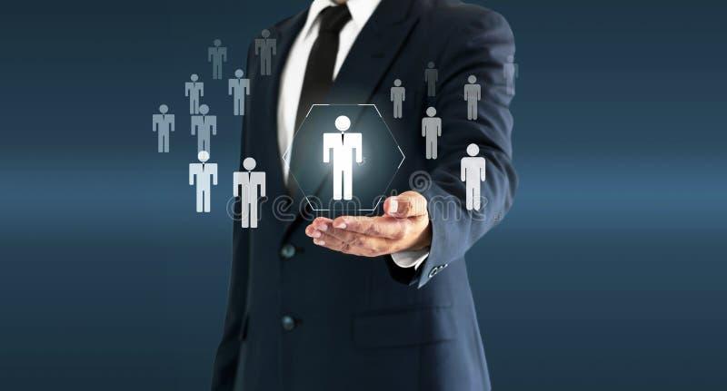 Homem de negócios que toca no botão virtual da pessoa sobre o conceito da pessoa de recrutamento e do desenvolvimento pessoal foto de stock