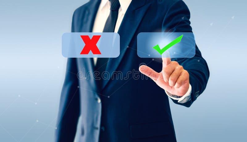 Homem de negócios que toca no botão virtual das marcas de verificação Marca e erro do símbolo imagens de stock royalty free