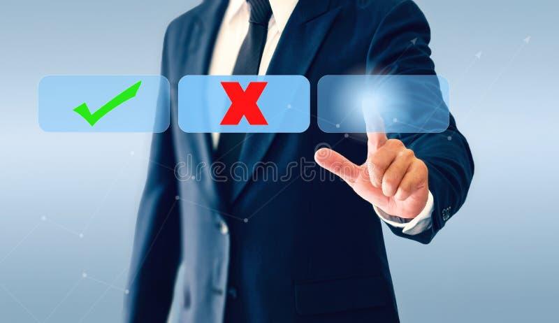 Homem de negócios que toca no botão virtual das marcas de verificação O conceito da decisão empresarial pode ser direito ou errad fotografia de stock