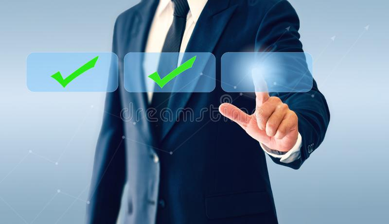 Homem de negócios que toca no botão virtual das marcas de verificação O conceito da decisão empresarial pode ser direito ou errad imagens de stock