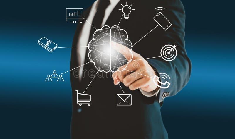 Homem de negócios que toca no botão virtual do cérebro sobre conceituar um conceito tal como trabalhos de equipe, ideias, plano,  ilustração stock