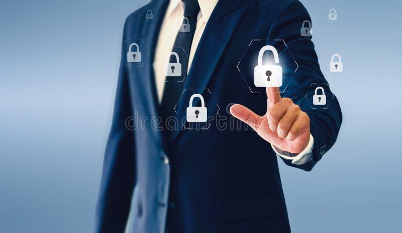 Homem de negócios que toca no botão virtual do cadeado Conceito do negócio ou da segurança bem sucedida fotos de stock