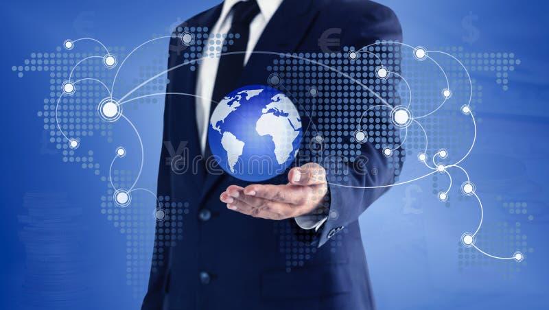 Homem de negócios que toca no mundo e no mapa global virtuais disponível O conceito da troca de moeda principal pode ser usado no imagens de stock royalty free