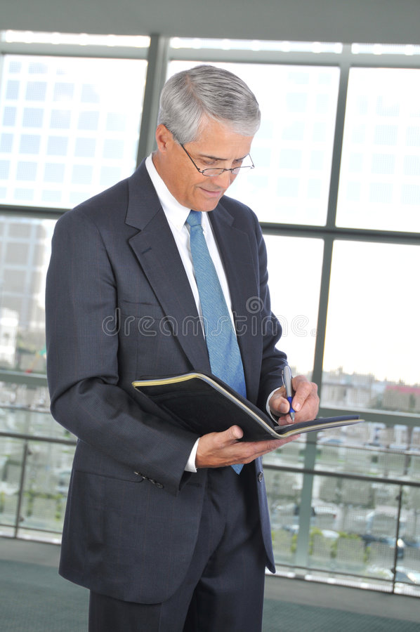 Homem de negócios que toma notas foto de stock