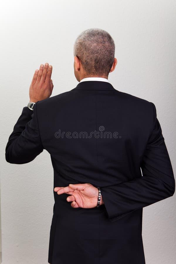 Homem de negócios que toma o juramento fotografia de stock royalty free