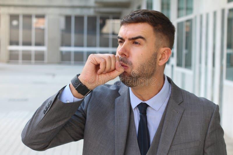 Homem de negócios que tosse no espaço de escritórios imagens de stock