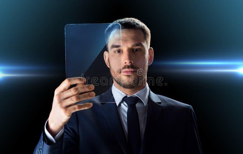 Homem de negócios que trabalha com o PC transparente da tabuleta imagem de stock
