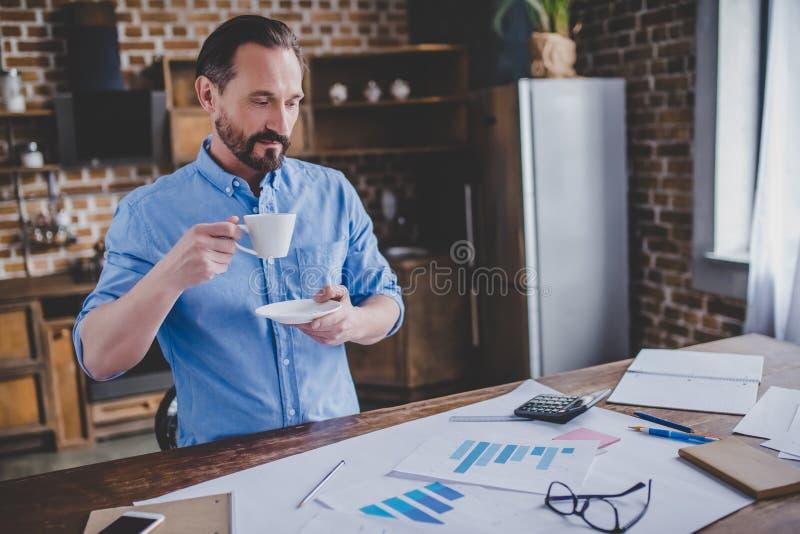 Homem de negócios que trabalha com originais financeiros fotos de stock royalty free