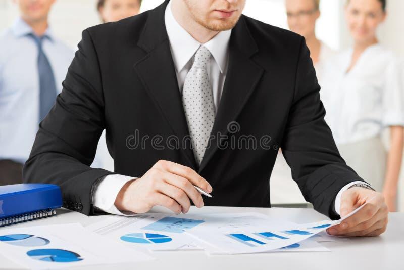 Homem de negócios que trabalha com papéis foto de stock