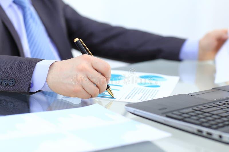 Homem de negócios que trabalha com pena, originais de negócio na tabela do escritório com telefone esperto e tabuleta digital e o imagens de stock royalty free