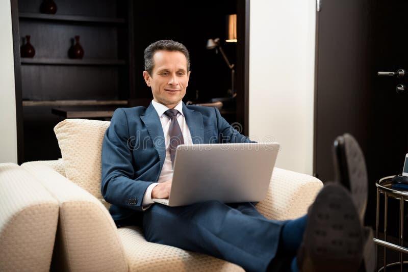 Homem de negócios que trabalha com portátil imagens de stock