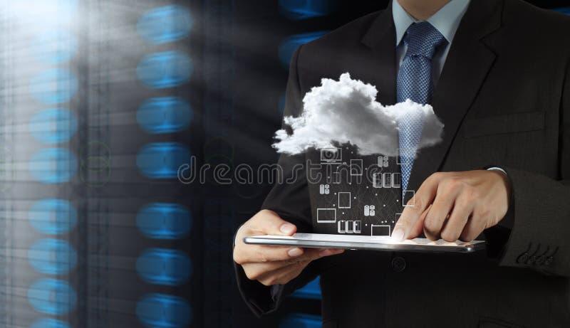 Homem de negócios que trabalha com uma nuvem que computa fotografia de stock royalty free