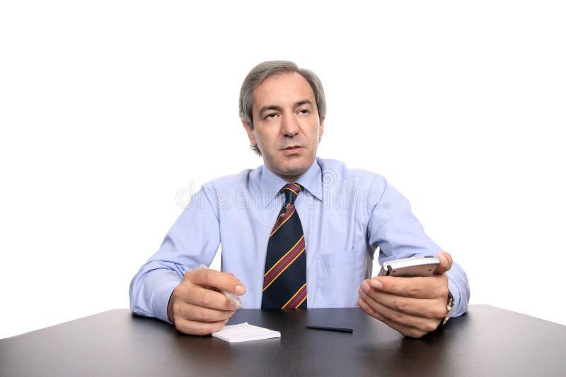 Homem de negócios que trabalha em sua mesa fotos de stock