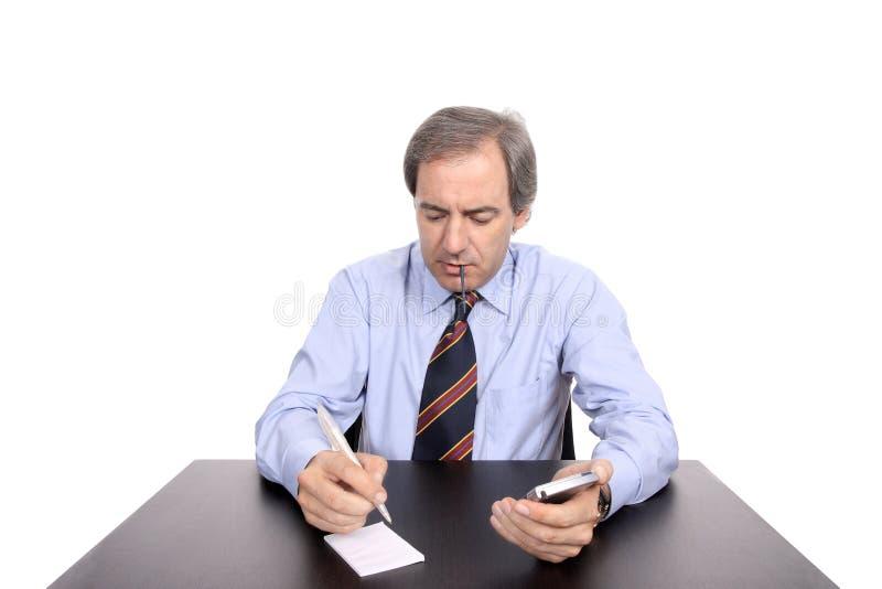 Homem de negócios que trabalha em sua mesa imagem de stock royalty free