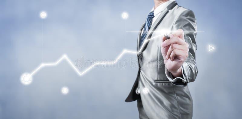 Homem de negócios que trabalha na carta digital, conceito da estratégia empresarial fotografia de stock royalty free