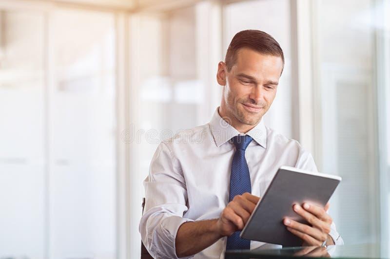 Homem de negócios que trabalha na tabuleta digital imagens de stock royalty free