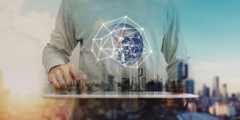 Homem de negócios que trabalha na tabuleta digital com tecnologia da conexão de rede global, fundo do nascer do sol da cidade Ele imagens de stock