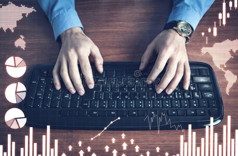 homem de negócios que trabalha no computador Pena e relatórios financeiros Conceito do negócio imagens de stock royalty free