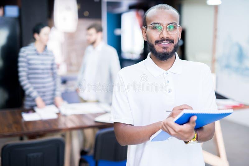 Homem de negócios que trabalha no escritório imagens de stock royalty free