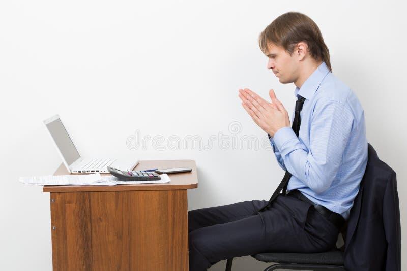 Homem de negócios que trabalha no escritório brilhante, sentando-se em foto de stock royalty free