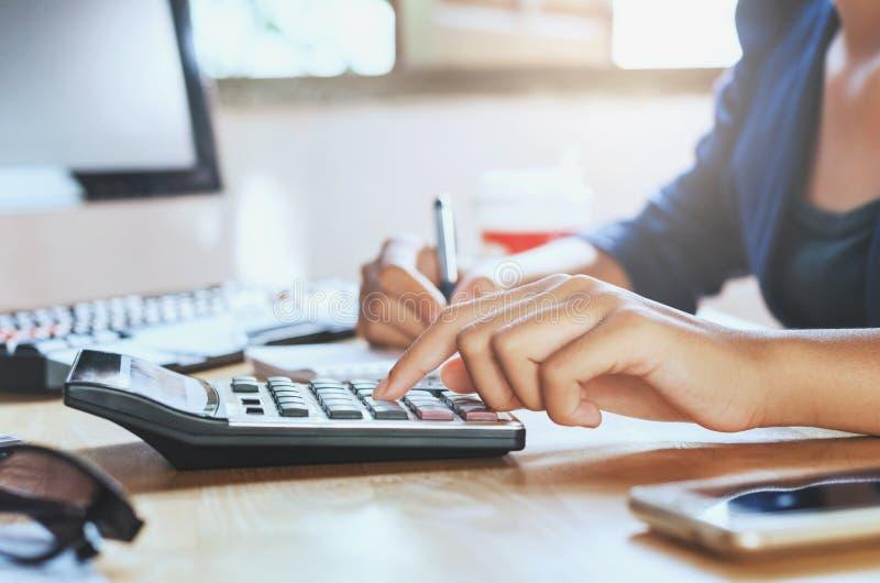 homem de negócios que trabalha no escritório da mesa usando a aleta do negócio da calculadora fotografia de stock