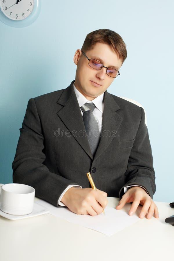 Homem de negócios que trabalha no local de trabalho no escritório foto de stock royalty free