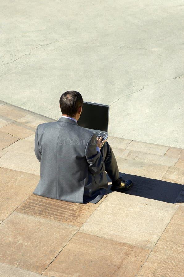 Homem de negócios que trabalha no portátil imagens de stock royalty free