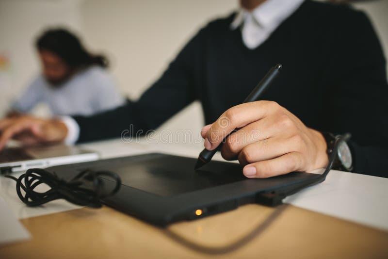 Homem de negócios que usa a almofada de escrita digital foto de stock