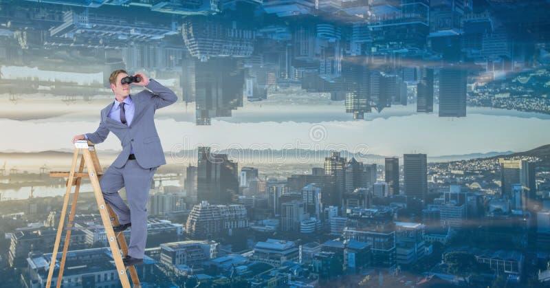 Homem de negócios que usa binóculos na escada contra a cidade de cabeça para baixo fotos de stock royalty free