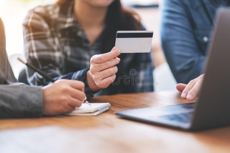 Homem de negócios que usa o cartão de crédito para comprar em linha fotos de stock