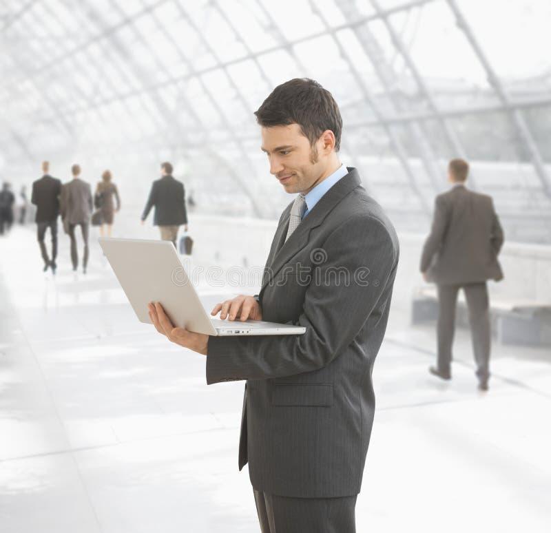 Homem de negócios que usa o computador portátil imagens de stock