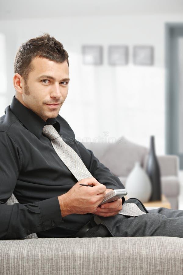 Homem de negócios que usa o palmtop foto de stock royalty free