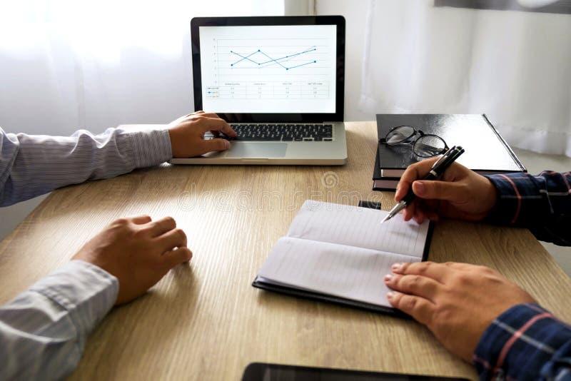Homem de negócios que usa o portátil para ensinar sobre e a análise a situação imagem de stock