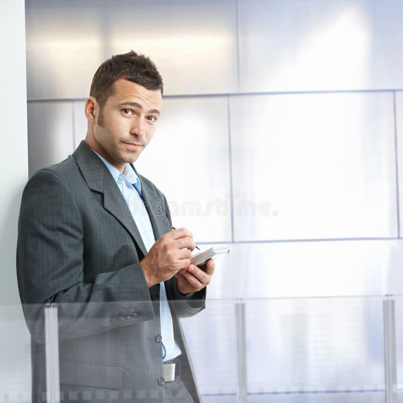 Homem de negócios que usa o smartphone fotografia de stock royalty free